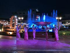 ナンプ広場でラオス舞踊やってました。