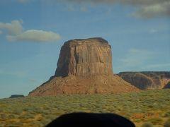 アリゾナ州からユタ州に入りますとこんな大きな岩が目に入ってくるようになります。