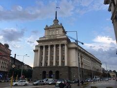 帰りは経済的にトラムでソフィア中心部へ 旧共産党本部 これ見たかった!!ドラマ・映画の影響です。かっこいい。