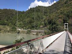 為栗駅:吊り橋を渡りきり、駅を振り返る。