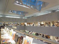 そうだ!アカデミア書店へ行こう。  ストックマンの隣の建物。 アアルトが設計した、地上3階 地下1階、フィンランド最大の書店。 五感が刺激されまくり、長居してしまった。