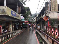 台北から80分、新店から20分ほどで到着です。 鬼怒川温泉みたいな感じですが、行った日時のせいかもしれませんがひっそりとしていました。