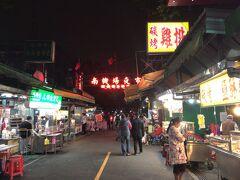 夕方からは淡水に住んでいる友人に会いに。 夕食を共にしながら、3時間程雑談に花を咲かせて来ました。 再び台北に戻り、南機場夜市に。