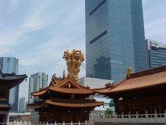 写真は久光のすぐお隣にある静安寺です。上海の都会の中にあって、ビルとお寺のコントラストが不思議な光景です。 この後、時間が無くなって近くのイタリアンで遅いお昼を食べて、夜はまた日本食でした・・・なぜ・・・(泣)