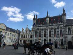 市庁舎の前に馬車、絵になります
