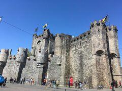 フランドル伯の城、1180年につくられたものらしい。ゲントって歴史的建造物の規模が一個一個大きめな気がします。  はじめにトラムに乗るのにトラムが見つけられずタイムロスしてしまったこともあり、かーなーり駆け足になってしまいました。この後行くアントワープでは、教会のルーベンスの絵を見るためには17時までにつかないといけません!ということで、ここでタイムアップ。ゲント駅に戻ります