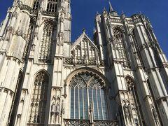 アントワープの大通りを脇目も振らず必死に歩き、なんとか間に合いました!アントワープのノートルダム大聖堂です。「フランダースの犬」のラストシーン、ネロが見たかったルーベンスの絵がある教会がここです。ベルギーではこの話は全然有名じゃないらしいですが