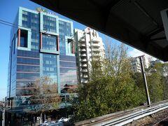 過去のシドニー滞在の日記でも書いた通り、僕は、シドニーでは、「ノース」と呼ばれる、シティとは海を隔てた対岸のエリアに滞在することに拘っています。 この滞在でも、宿は、鉄道でハーバーブリッジ(通は『橋』と呼ぶ)を渡った向こう側にある、ミルソンズポイント駅前のバイブ・ホテル(Vibe Hotel)にしました。