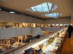 駅から歩いて10分ほどのアカデミア書店へ アアルトという有名な建築家が建てたらしいですが、そごうとあんまり変わらないかなぁ センスのかけらもない私の眼にはどこでも見かけるようなデザインに映ってしまいます・・・ 今では一般的なデザインも、初めてこれを考案したことには価値があるのでしょう