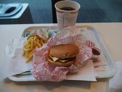 まずは腹ごしらえ 駅の構内にあったヘスバーガーヘ急行 ヘスバーガーはフィンランド発祥のハンバーガーショップ チーズバーガーのセットで8ユーロ、味はほぼマック!