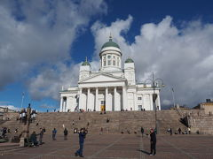 少し歩くとヘルシンキのシンボル、ヘルシンキ大聖堂 日光を浴びて白く輝いています