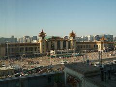 3日目。この日は北京市内を観光し、夜に寝台列車で瀋陽に向かいます。 ホテルの部屋から見える北京駅です。