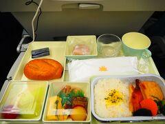 成田⇒ホーチミン線での機内食はこんな感じ。味はふつう。コスパはかなり良いのではないでしょうか。
