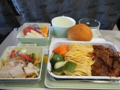 ホーチミン⇒クアラルンプール線でも機内食が提供されました。これは、肉の味がびみょうで、左下のサラダだけ食べました。