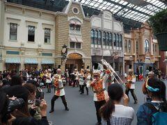 パークに入ると東京ディズニーランドバンドが!  ハロウィン柄の衣装を着ていますね。  昔、吹奏楽部だったのですが、ディズニーで楽器吹く人に憧れていた時期もありました。