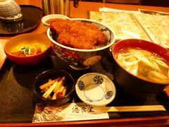 港食堂「雪室豚のたれカツ丼」プラス¥100で漁師汁付き 小鉢2個と刺身が付いててお腹いっぱい。計¥1080。 たれカツ丼が食べてみたかったのでチョイス。甘いたれが新鮮
