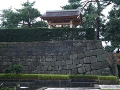 県庁と県警との間の通路を進むと福井城跡が見えてきます。