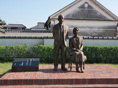 マッサンとリタさんの像。