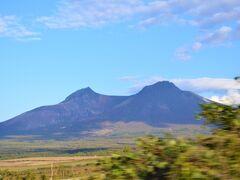 そうして大沼国定公園へレッツゴー。 高速から駒ヶ岳がきれいに見えたー。 けど、高速なので停まれないという無念 (-_-)  かつて駒ヶ岳は、富士山のように きれいな円錐形の火山でしたが、 1640年の大噴火で山頂部が崩壊して、 こんな姿になってしまいました~。 この凹型の駒ヶ岳が、らしくって好きー。