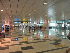 """到着ロビーを、「Train to City」の案内に従って、地下鉄(MRT)に向かいます  シンガポール航空便は、第3ターミナルに到着。MRTの駅は第2ターミナルとの間にあります。途中、到着ロビーを出たところにある両替所で、シンガポールドルに交換、やはり日本の空港でより、こちらのレートの方が数パーセント""""お得""""でした。"""