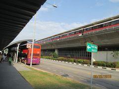 Tanah Merah駅で、フェリー港行きのバスに乗り換えます  地上2階にあるMRTの駅から、一旦地下道に降りて道路を横切り、エスカレータで地上に戻ると、出口Bにフェリー港行のバス停がありました。バスを待っている若い女性に路線を尋ねると、「35M。後1分で来ますよ」と、スマートフォンを見ながら教えてくれて、ちょうど来たバスに乗って行きました。バスの中の彼女に向かって、手を振って深く礼をしました。