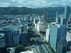 ●神戸市役所1号館24階から  神戸市役所1号館の24階は、無料の展望台です。 地上約100mの高さから神戸市内を一望できます。 画像中央がJR三宮駅界隈です。