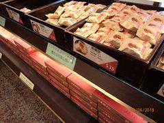 既に箱詰めされたものもありますが、基本的に棚に置いてある空箱(色々なサイズあり)に自分でパイナップルケーキなど買いたいものを詰める方式でした。   ちなみに、パイナップルケーキを買ったお店のクチコミは別途書くつもりですが、4-5軒のお店のパイナップルケーキを試してみましたけど、ここ、Chia Teのパイナップルケーキが個人的には1番美味しかったです! 職場のお土産として余ったのを1つ食べただけでしたけど、もっと買えば良かった~!って感じ。