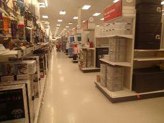 お向かいのスーパー、ターゲットを覗きます。アメリカの郊外らしいだだっ広いスーパー。