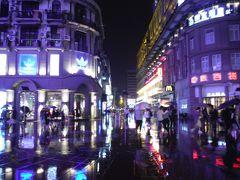 金曜日の7時ころなので大変な混雑でした。中国らしいキラキラした照明が、雨でいっそう輝きます。