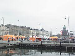 マーケット広場に到着  平日でもテントがたくさん。 あとで寄ってみよう。