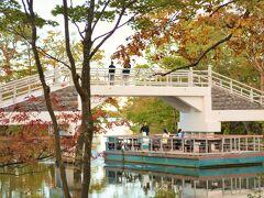 おや、不思議なボート、と思ったら、 湖畔にあるレストラン、 ターブル・ドゥ・リバージュの 湖上テラスボートですって。 ゆっくりと湖面を回遊してもらえます。 ちょっとザンベジ川クルーズっぽいけど、 ワニやカバは出てきません・・・でしょうね。