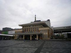 さて、翌朝。まず向かうは観光案内所。  絶好の観光日和と言う天気予報を信じて奈良まで来たのにまさかの雨。  おまけに寒い。 さてどうする?