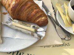 教会の前にある 評判のカフェ  レ ドゥー マゴで遅めの朝食 やはり、クロワッサン?が美味。添えてあるバターも美味!