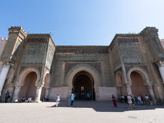 エディム広場の前にあるのがこちら,マンスール門です. メクネスの最盛期であった17世紀,アラウィー朝のムーレイ・イスマイルが手がけた最後の建築物で,彼の死後,息子のシディ・ムハンマド・イブンアブダラーにより1732年に完成されたとのこと.