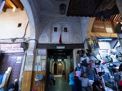 ブー・イナニア・マドラサに到着. 14世紀,マリーン朝時代に建てられたイスラム教の学校だそうです.非ムスリムでも入ることができます.
