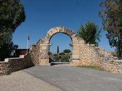 メクネスのグランタクシー乗り場から約40分ほどでヴォルビリス遺跡に到着. 早速入場していきます(70).こちらは南東門で遺跡への入口になります. この場所に町が建設されたのは,ローマ人が入る前の紀元前1世紀.ローマ時代には,定刻の勢力範囲の西端限に位置する重要な都市として,「マウレタニア・ティンギタナ」と呼ばれるローマ属州の州都となり,最盛期には2万人が暮らしていたとのこと.