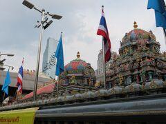なんてくだらない考察をしている内に寺院に到着。 奥にマハ・ナコンがあることに今気づきました。