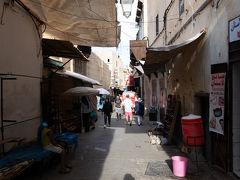 まずはタラア・セギーラ通りをブー・ジュルード門から遠ざかる方向,カラウィン・モスクに向かって行きます.
