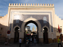 フェス・エル・バリの外側から見るブー・ジュルード門. 1913年に建造されたもので,フェス最大の門だそうです.表面には幾何学模様の彫刻が施されています.