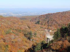 紅葉の中に松川温泉の湯けむりが見えます。