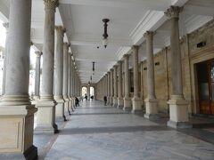 トルジニー・コロナ-ダの回廊は雨が降っても濡れませんね。