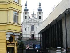 奥の方に聖マグダラのマリア教会が見えます。