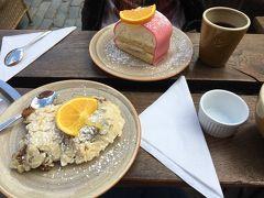近くの人気カフェでプリンセスケーキとアーモンドケーキ的なやつを。写真で見るプリンセスケーキはマジパンが黄緑色のものが多かったけどここのはピンクなんですね。念願のプリンセスケーキはクリームたっぷりかつクリームが甘くなくて最高でした。