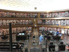 有名なストックホルム市立図書館へ。3階にわたる回廊に本が360度ずらり。こりゃあフォトジェニックやで…