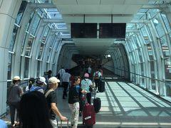 新しくなった、ングラライ国際空港(バリデンパサール国際空港)の出発口への車止めからのアプローチは結構な傾斜の坂になっています。 転んでスーツケースを手放すと危険かと思うくらいの坂です。。。