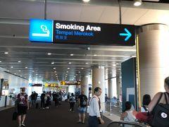 空港唯一の喫煙所です。コロコロ場所が変わるみたいですが、5番搭乗口のあたりにありました。