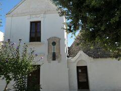 さらに進むと別のトゥルッリがありました。ペッゾーラの家(Casa Pezzolla)で、現在は郷土博物館(Territory Museum)になっています。