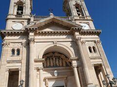 通りの突き当り部分に、時計が組み込まれた双塔の見事な教会がありました。聖メディチ・コズマ・エ・ダミアーノ教会(Basilica Cosma E Damiano)です。コズマとダミアーノは3世紀の医者の殉職者で、この教会に祭られています。