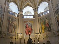 キリスト像の両脇に2人の像も描かれていました。