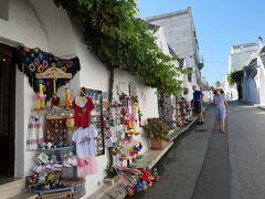 お土産物の店も開き始めていましたが、朝が早いので観光客は少な目です。